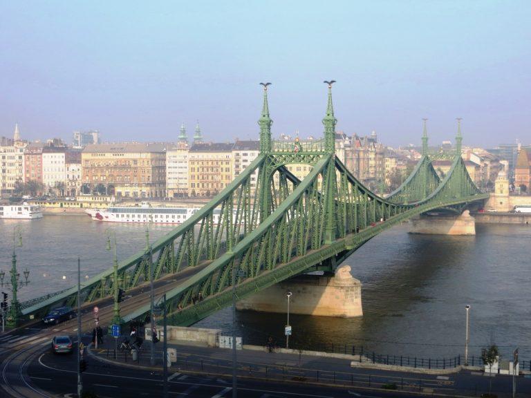 Συνέλαβαν πασίγνωστη Ελληνίδα όταν κρεμάστηκε σε γέφυρα στη Βουδαπέστη – Φοβήθηκαν για απόπειρα αυτοκτονίας | Newsit.gr