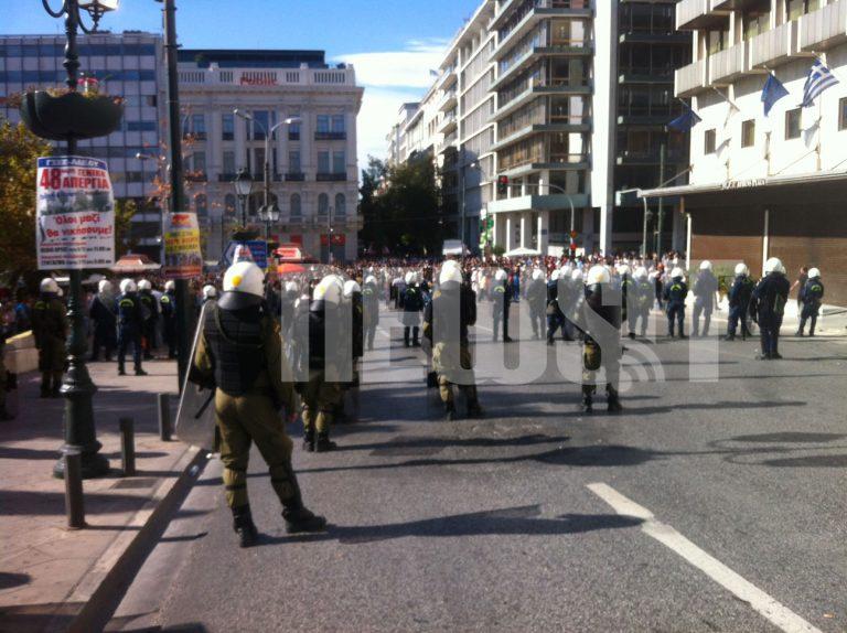 ΔΕΙΤΕ LIVE εικόνα από το Σύνταγμα – Έκλεισαν το δρόμο στους διαδηλωτές για να… περικυκλώσουν τους ταραξίες | Newsit.gr