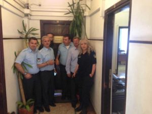 Αιφνιδιαστική κατάληψη στο γραφείο Χουλιαράκη από ενστόλους