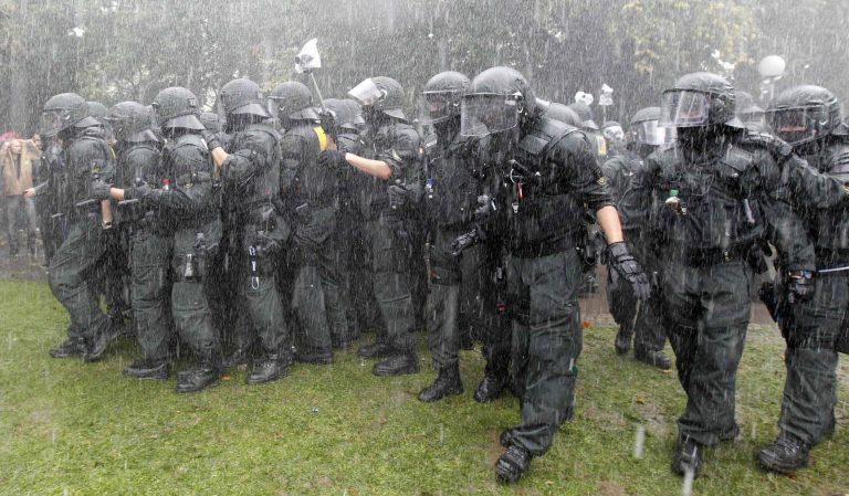 Πεδίο μάχης η Στουτγκάρδη – Έκκληση Μέρκελ για ηρεμία | Newsit.gr