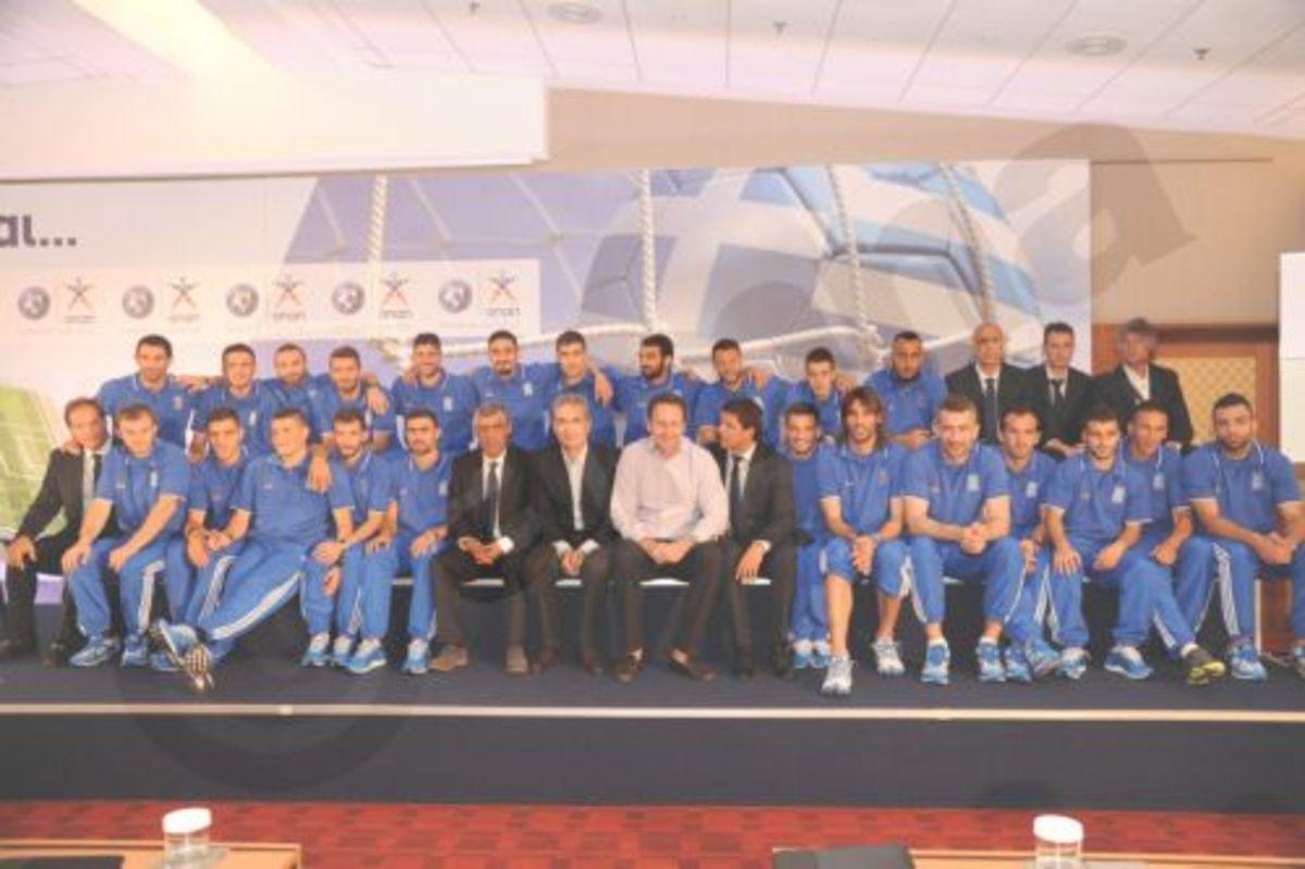 Το ξεπροβόδισμα στην Εθνική Ομάδα Ποδοσφαίρου | Newsit.gr
