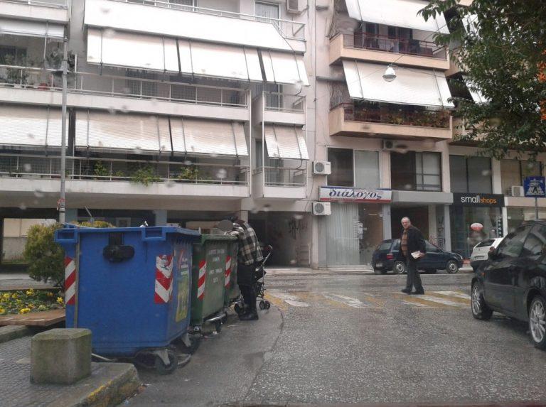 Τρίκαλα: Άνεργη γυναίκα »χώνεται» στα σκουπίδια για λίγο ψωμί! | Newsit.gr
