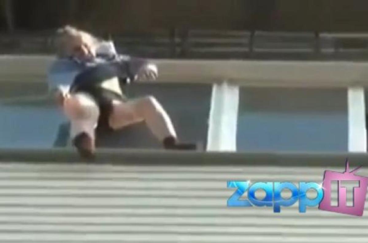Γιαγιά έπεσε από τον 8ο όροφο και τη γλίτωσε το φόρεμά της! ΒΙΝΤΕΟ | Newsit.gr