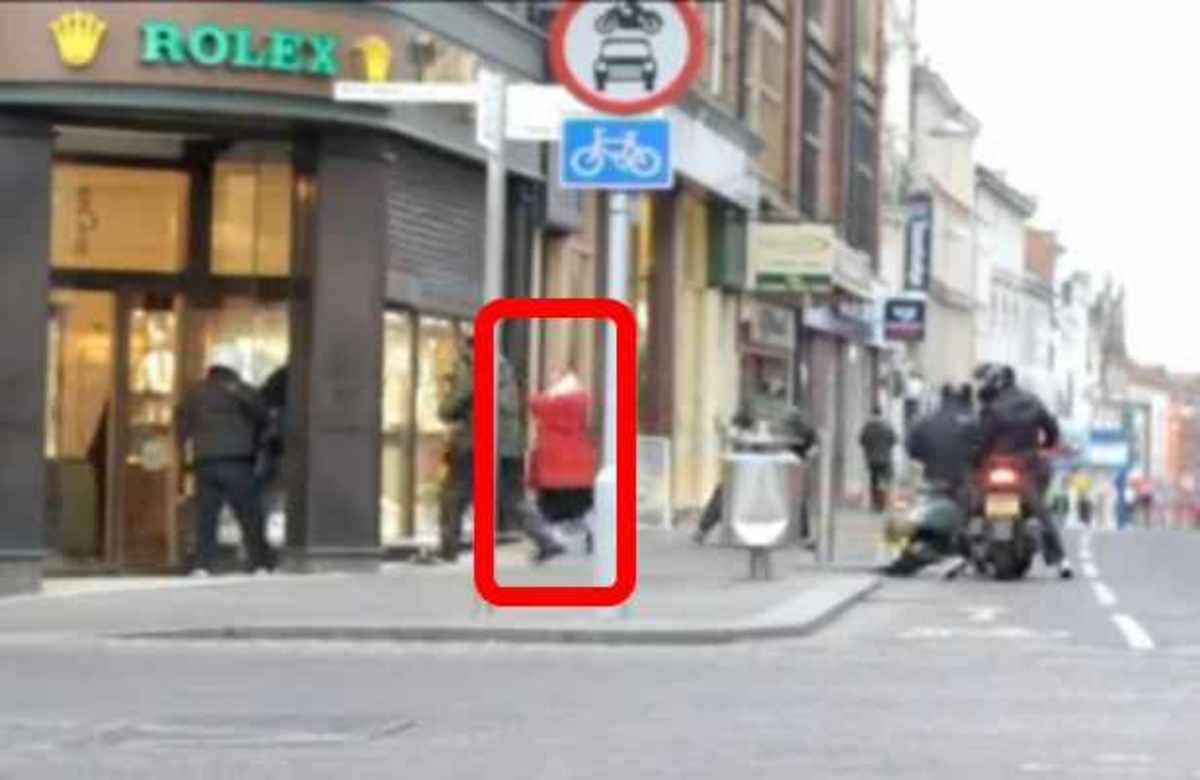 ΑΠΙΣΤΕΥΤΟ! Γιαγιά τα έβαλε με 6 ληστές και τους χτύπησε με την τσάντα της! | Newsit.gr