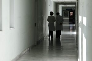 Νύχτα τρόμου στο νοσοκομείο της Αλεξανδρούπολης! Άνδρας σε αμόκ δάγκωσε γιατρό και τραυμάτισε άλλον έναν