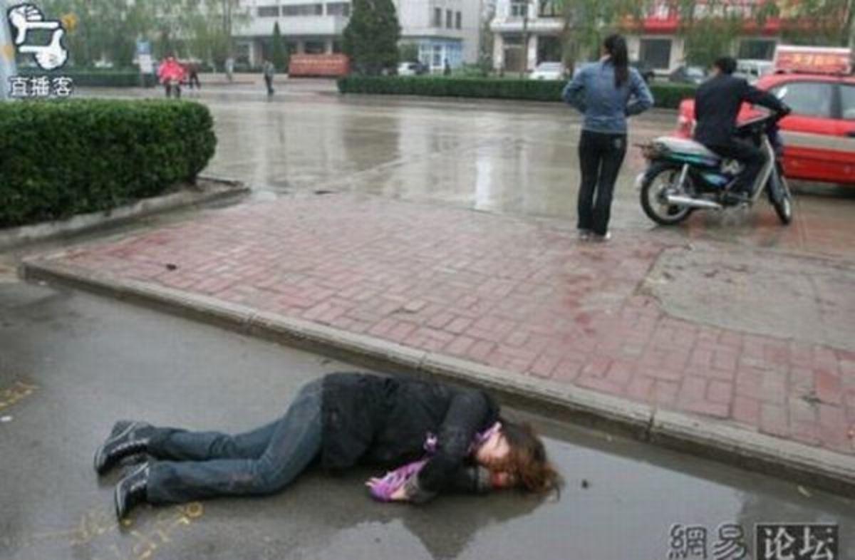 Η μεθυσμένη γιαπωνέζα και η… ομπρέλα; | Newsit.gr