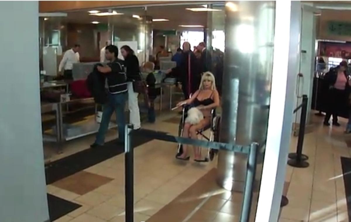 Πέρασε τον έλεγχο του αεροδρομίου με τα εσώρουχα – Δείτε το βίντεο | Newsit.gr