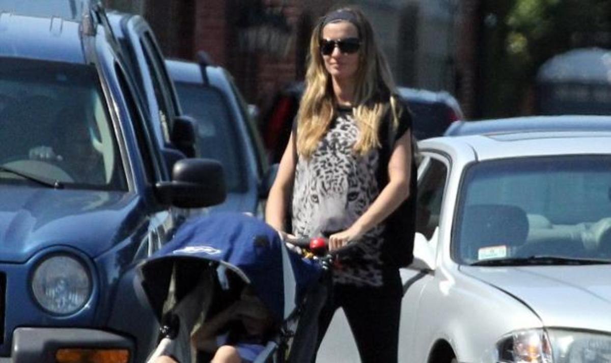Gisele: Πιο όμορφη από ποτέ, με φουσκωμένη κοιλίτσα πηγαίνει βόλτα με τον γιο της | Newsit.gr