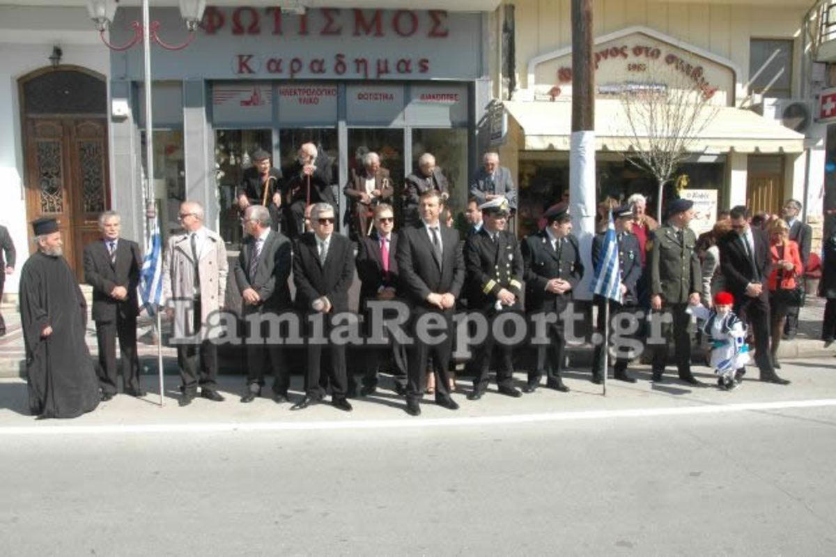 Στυλίδα: Οι αγωνιστές στην εξέδρα, οι επίσημοι στο δρόμο – Η «συνταγή» μιας απόλυτα ειρηνικής παρέλασης | Newsit.gr