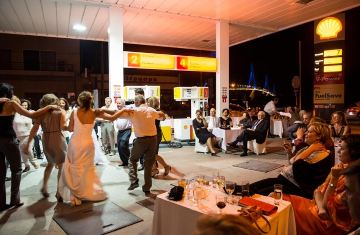Γαμήλιο γλέντι σε… βενζινάδικο λόγω κρίσης! ΦΩΤΟ | Newsit.gr