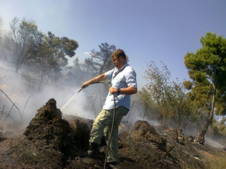 Ο Γκλέτσος σε ρόλο «κομάντο» σβήνει φωτιές! Δείτε φωτογραφίες | Newsit.gr