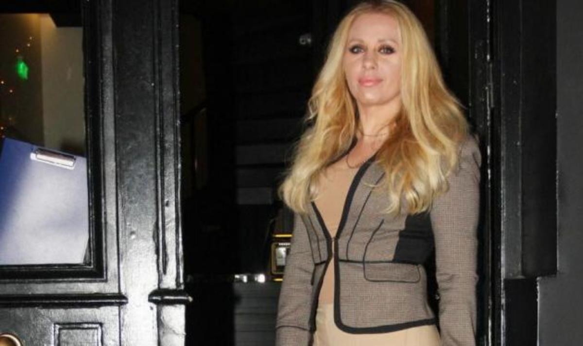 Γ. Μαστροκώστα: Ποζάρει σε ρόλο μοντέλου με τα ρούχα που σχεδιάζει! Φωτογραφίες | Newsit.gr