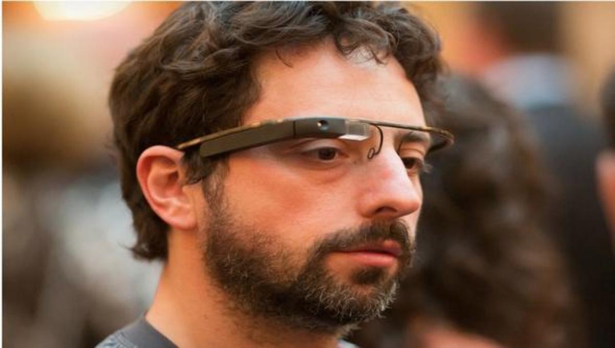 To αφεντικό της Google κυκλοφορεί με τα πρωτότυπα Hi-Tech γυαλιά της εταιρίας!   Newsit.gr