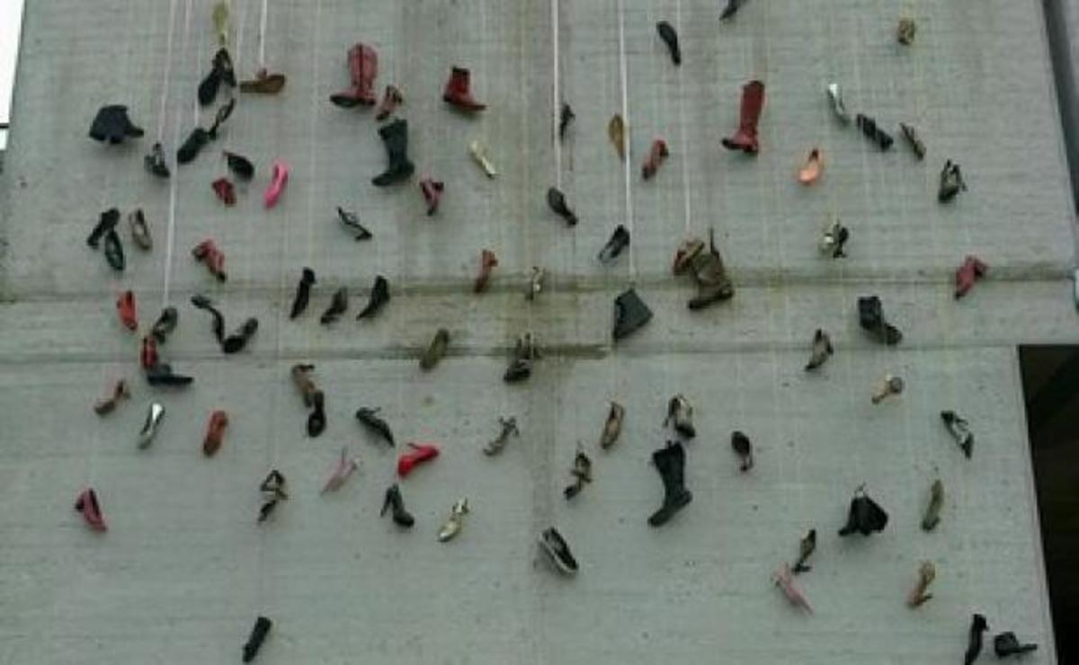 Ημέρα της γυναίκας: Ο Μπουτάρης κρέμασε… γόβες στο Δημαρχείο! ΦΩΤΟ | Newsit.gr