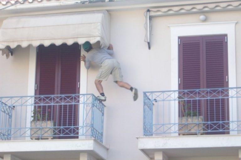 Κεφαλονιά: Ανέβηκε από μπαλκόνι σε μπαλκόνι στο γραφείο βουλευτή – Δείτε φωτό   Newsit.gr