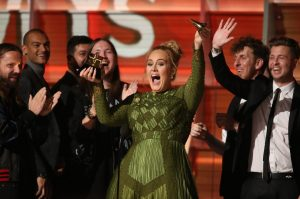 Grammy: Σάρωσε η Adele! Έκανε την Beyonce να δακρύσει: «Έπρεπε να κερδίσει» [pics, vids]