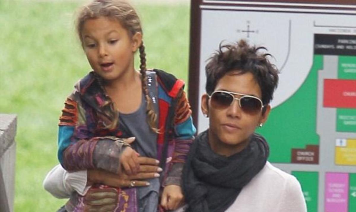 H. Berry: Σκυθρωπή, παίρνει την κόρη της από το σχολείο αφού έχασε την επιμέλειά της στο δικαστήριο!   Newsit.gr