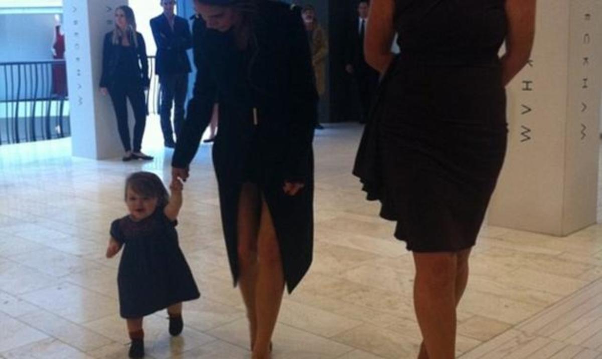H Harper Beckham έκανε τα πρώτα της βήματα! | Newsit.gr