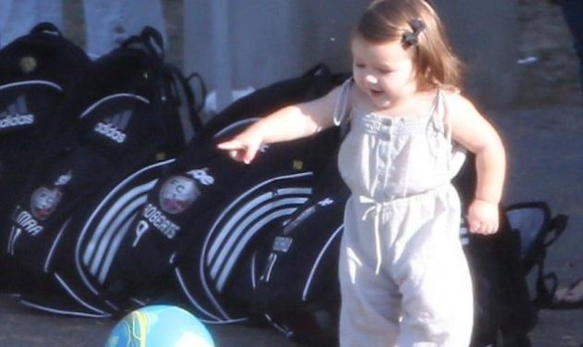 Κάντο σαν τον Beckham! Η μικρή Harper παίζει μπάλα στο γήπεδο! Φωτογραφίες   Newsit.gr