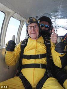 Αυτός είναι ο γηραιότερος αλεξιπτωτιστής στο κόσμο εν δράση [vid]