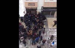 """Εξαγριωμένοι Τούρκοι κάνουν """"ντου"""" στα γραφεία του HDP! [vid]"""