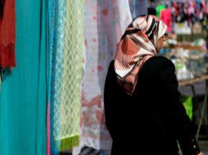Σοκ! Ξύρισε το κεφάλι της κόρης της επειδή δεν φορούσε μαντίλα!