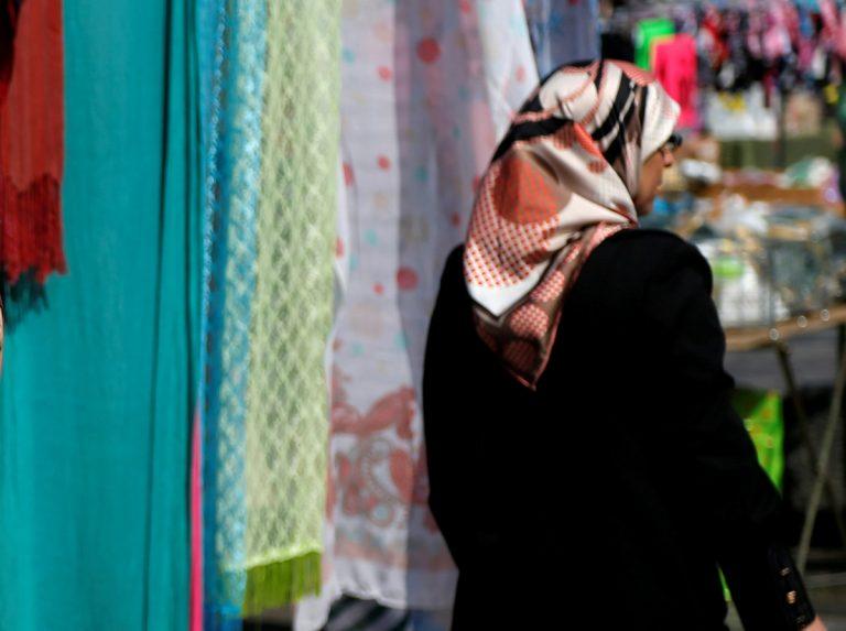 Σοκ! Ξύρισε το κεφάλι της κόρης της επειδή δεν φορούσε μαντίλα! | Newsit.gr