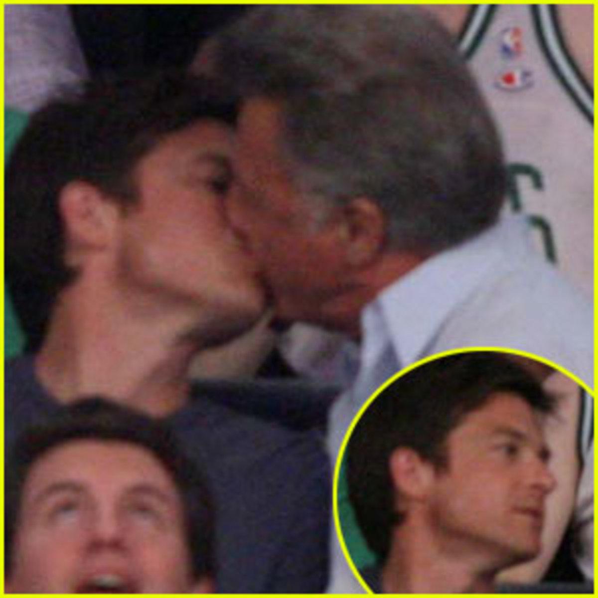 Ο Dustin Hoffman φιλάει με πάθος άντρα στο στόμα! | Newsit.gr