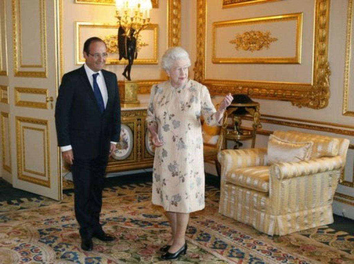 Ο Ολάντ, η βασίλισσα Ελισάβετ και… ένα φλιτζάνι τσάι! ΒΙΝΤΕΟ   Newsit.gr