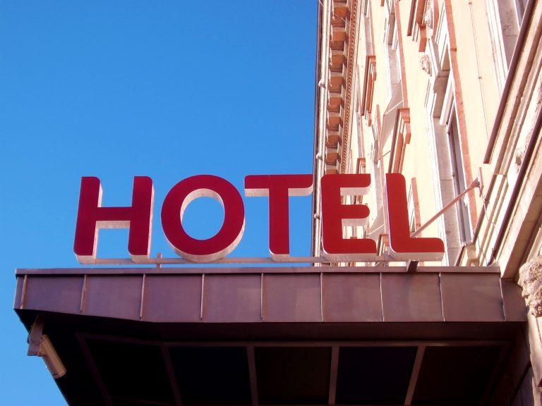 Λέσβος: Της άδειασαν το ξενοδοχείο   Newsit.gr