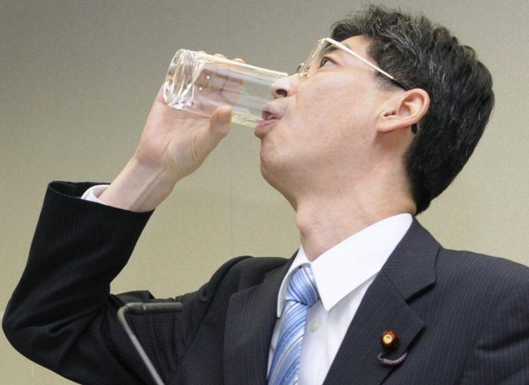 Ήπιε νερό από το πυρηνικό εργοστάσιο της Φουκουσίμα – Δείτε βίντεο | Newsit.gr