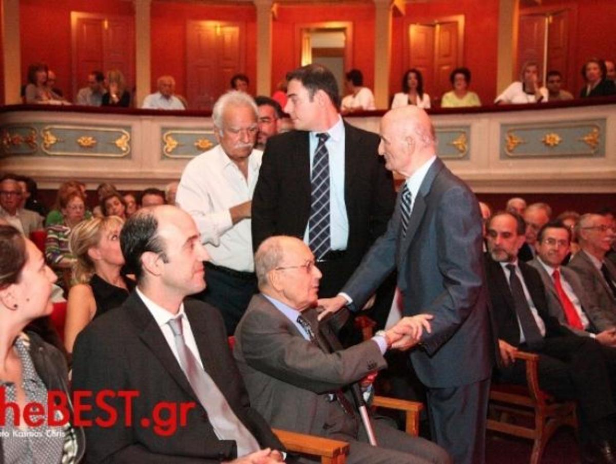 Πάτρα: Συγκινημένος ο Κωστής Στεφανόπουλος στην παρουσίαση της βιογραφίας του! | Newsit.gr
