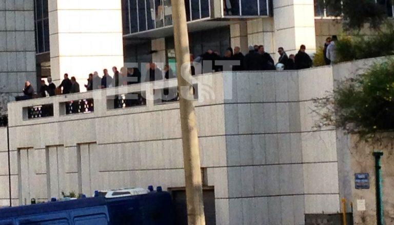 Αστυνομοκρατείται το Εφετείο – Μέσα ο Κασιδιάρης – Έξω αντιφασιστική συγκέντρωση και χρυσαυγίτες με κουκούλες | Newsit.gr