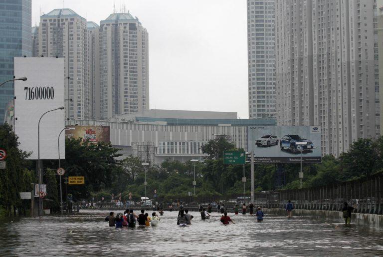 «Βούλιαξε» η Τζακάρτα από τις πλημμύρες – 11 νεκροί στην Ινδονησία | Newsit.gr