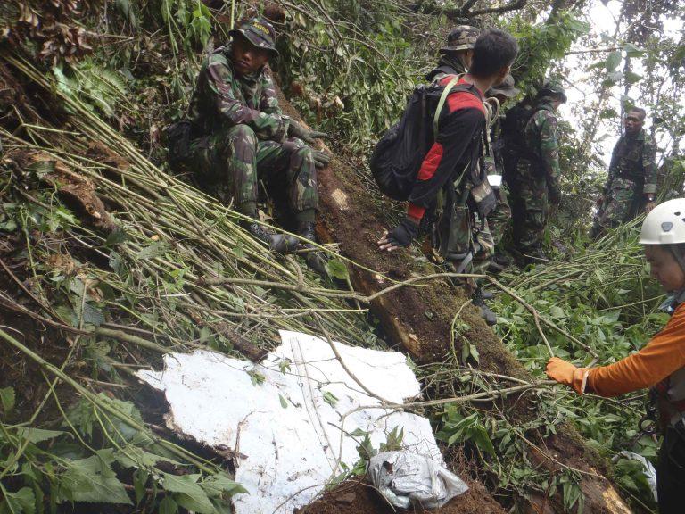 Βρήκαν 12 πτώματα μετά την συντριβή του Superjet 100 | Newsit.gr