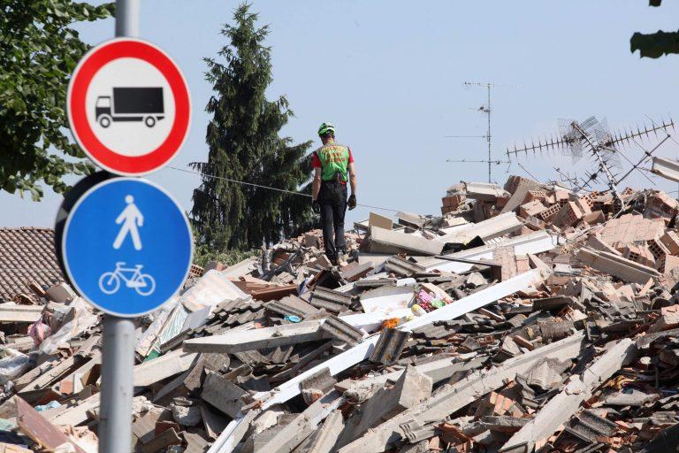 Συγκλονιστική στιγμή: σπίτι καταρρέει από το σεισμό των 5,8R στην Ιταλία | Newsit.gr