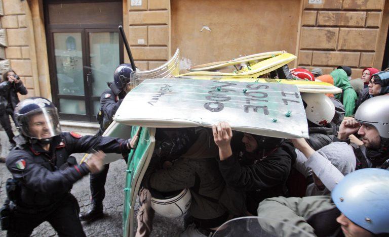 Ιταλοί φοιτητές κατέλαβαν τον Πύργο της Πίζας και το Κολοσσαίο   Newsit.gr