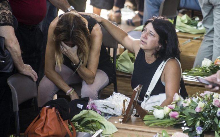 Κλαίει όλη η Ιταλία – Κατευόδιο σ' εκείνους που χάθηκαν στα ερείπια – Τα δάκρυα της συζύγου του Ρέντσι, ένα γράμμα στην Τζούλια και ο πιστός σκύλος