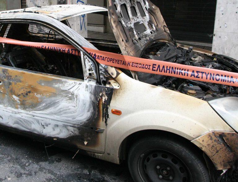 Έβαλαν προσάναμμα τζακιού κάτω από… αυτοκίνητο | Newsit.gr