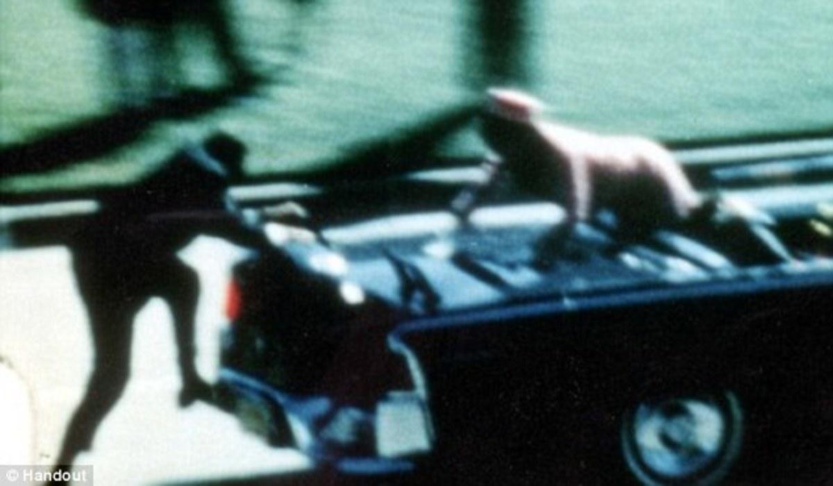 «Η Τζάκι έψαχνε κομμάτι από το κρανίο του Προέδρου» – Συγκλονιστική μαρτυρία από τη δολοφονία Κένεντι | Newsit.gr