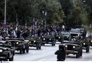 Θεσσαλονίκη: Σε εξέλιξη η μεγάλη στρατιωτική παρέλαση – Χωρίς κάγκελα με πλήθος κόσμου – Μέτρα ασφαλείας για τη συγκέντρωση διαμαρτυρίας!