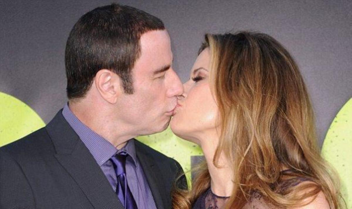 J. Travolta: Το αμήχανο φιλί με την γυναίκα του στο κόκκινο χαλί μετά το σκάνδαλο! | Newsit.gr