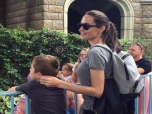 Η Αντζελίνα Τζολί με τα παιδιά της στη Disneyland! [pics]