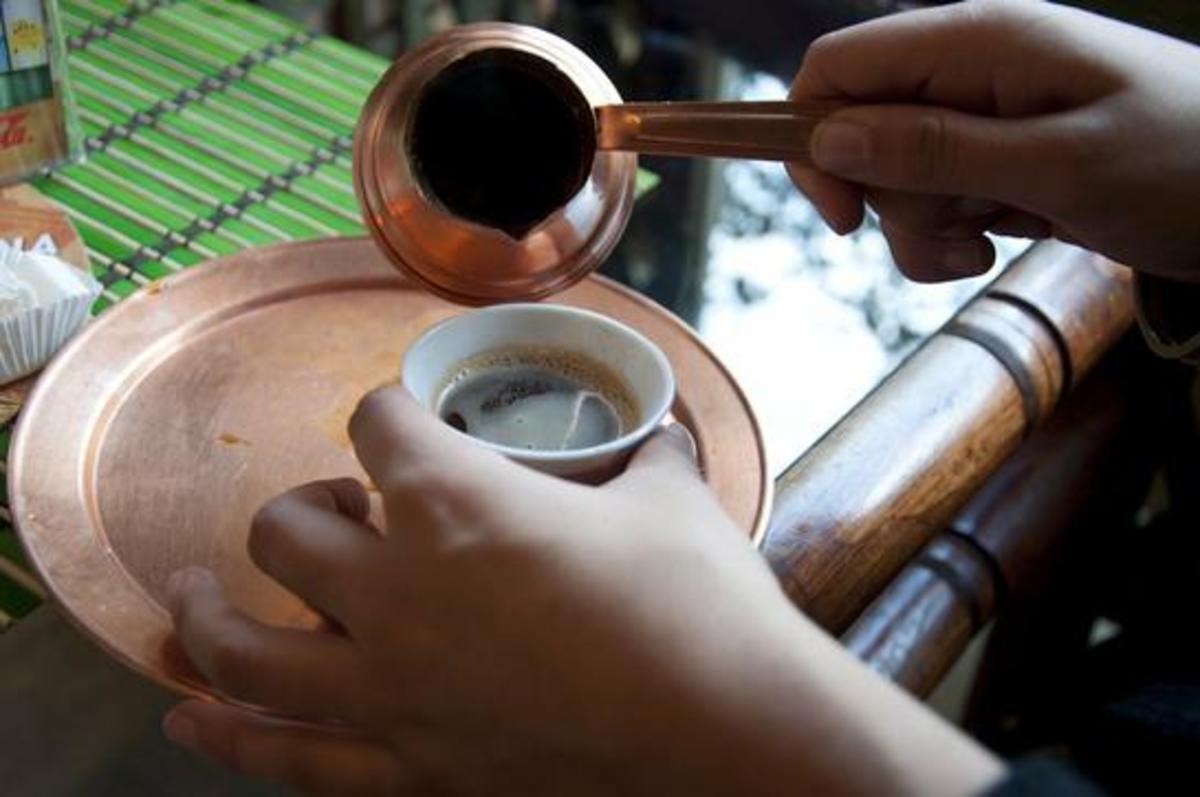 Γιατί χύνουμε τον καφέ όταν τον μεταφέρουμε στο φλιτζάνι; | Newsit.gr