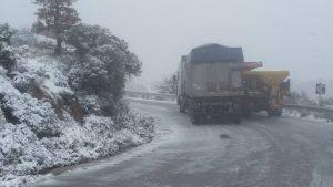 Καιρός: Προβλήματα στις επαρχιακές οδούς της Λέσβου – Εγκλωβίστηκαν αυτοκίνητα – Στις σκηνές παγώνουν οι πρόσφυγες – ΒΙΝΤΕΟ