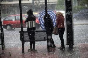 Καιρός: Έκτακτο δελτίο με βροχές, χαλάζι και πτώση της θερμοκρασίας