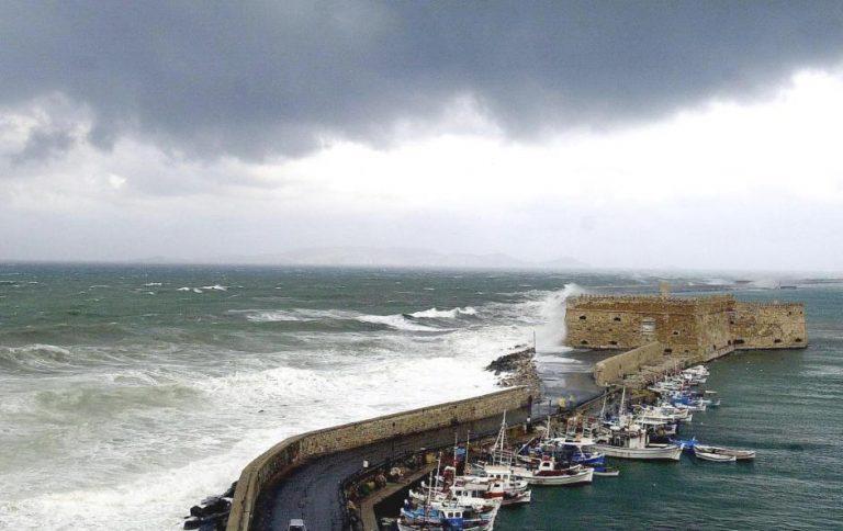 Κυκλώνας στην Κρήτη: Τραυματίστηκε λιμενικός προσπαθώντας να σώσει άνθρωπο που έπεσε στη θάλασσα | Newsit.gr