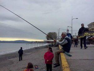 Καλαματιανή πατέντα! Θεούλης πετάει χαρταετό με… καλάμι ψαρέματος! (BINTEO)