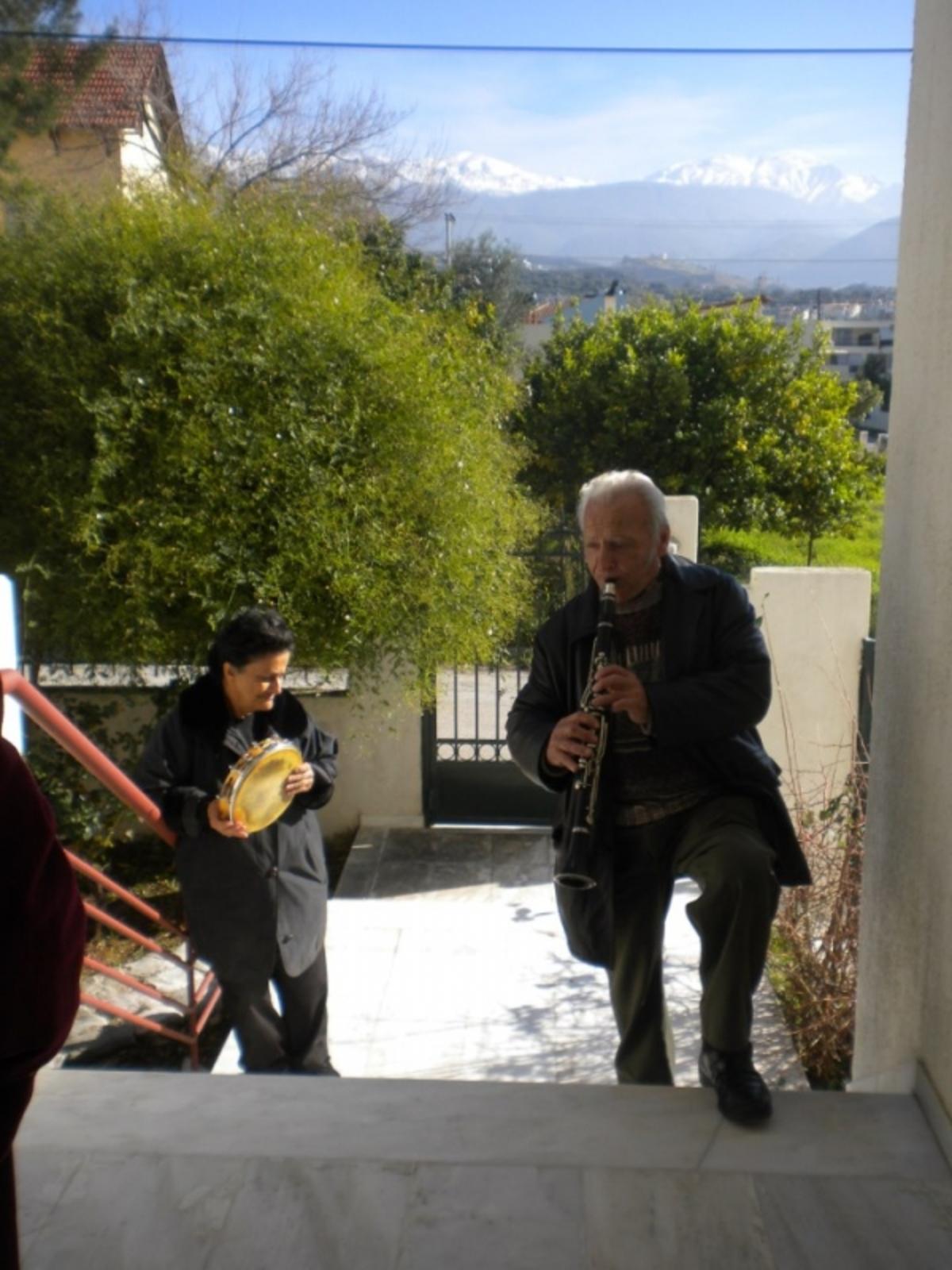 Πάτρα: Είπε τα κάλαντα για να πληρώσει τη ΔΕΗ… | Newsit.gr