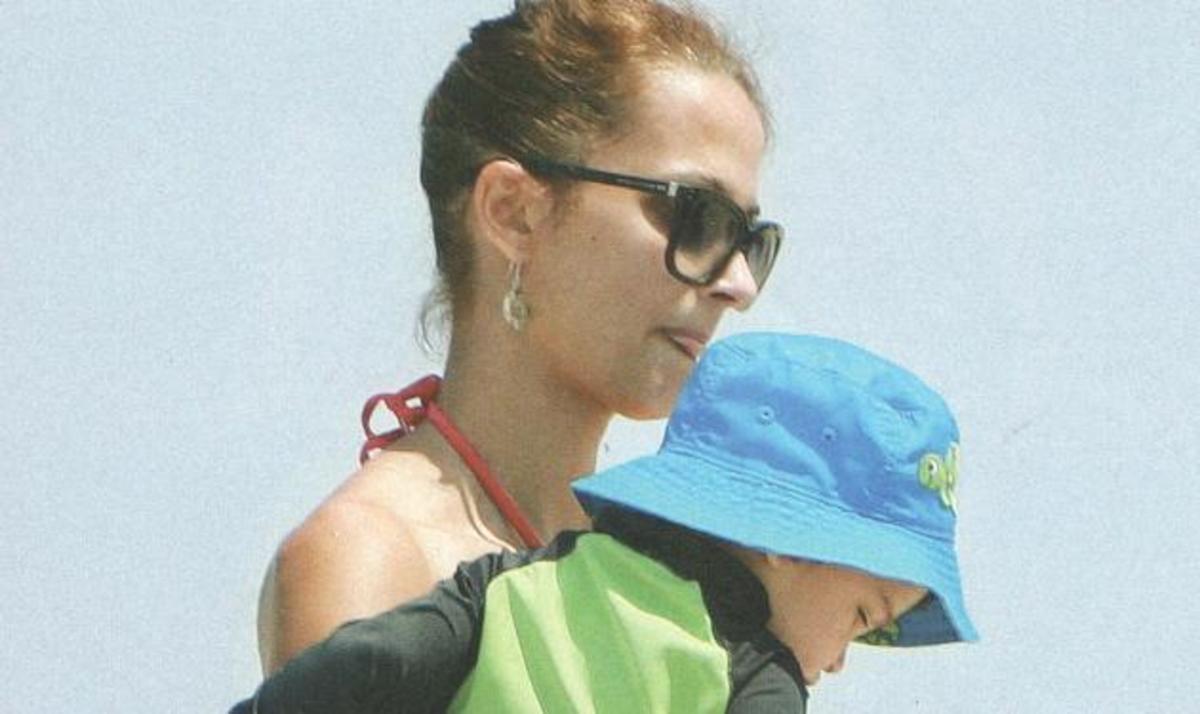 Α. Καμηλά: Βουτιές και παιχνίδια στη θάλασσα με τα παιδιά της! | Newsit.gr
